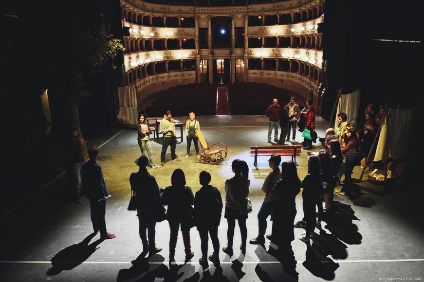 """Incontro con i giovani, alla scoperta del dietro le quinte dello spettacolo """"La controra"""" di P. Favino e P. Sassanelli, aprile 2016"""