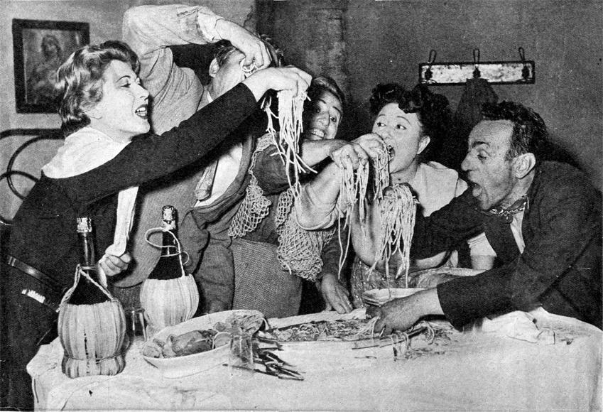 Il finale del primo atto di Miseria e Nobiltà, il capolavoro di Scarpetta che è stato recentemente riesumato a Napoli da un complesso eccezionale di attori per commemorare il centenario della nascita del grande artista. Da destra: Eduardo de Filippo, Dolores Palumbo, Titina de Filippo, Enzo Turco e la De Pasquale